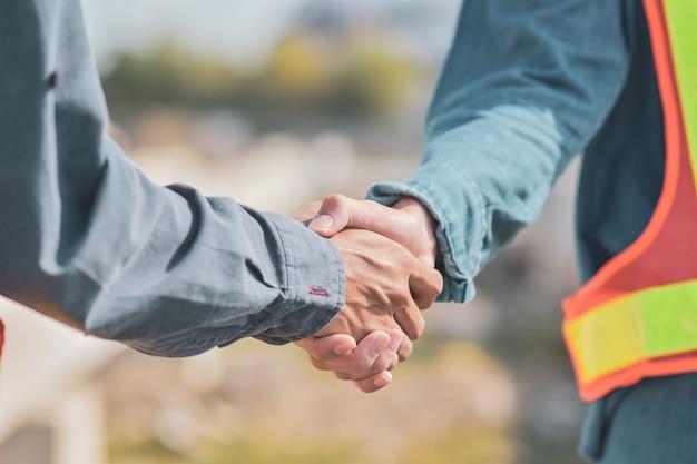 Die menschen sind shake-hand-beziehungspartner