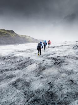 Die menschen wandern auf dem gletscher