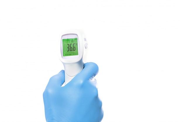 Die messung des elektronischen medizinischen thermometers der pistole zeigt das ergebnis bei 36,6 grad celsius