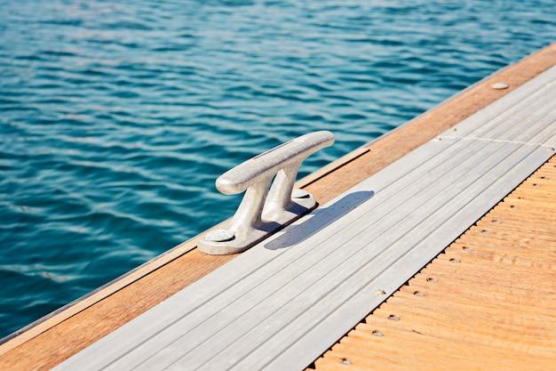 Die metallbitt fairleads auf einem hölzernen ponton