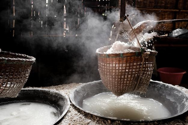 Die methode, um bergsalz aus der natur herzustellen