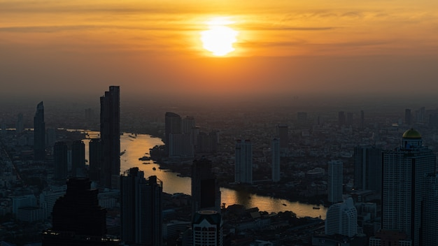 Die metropole ist umgeben von staub, rauch und verschmutzung bangkok thailand