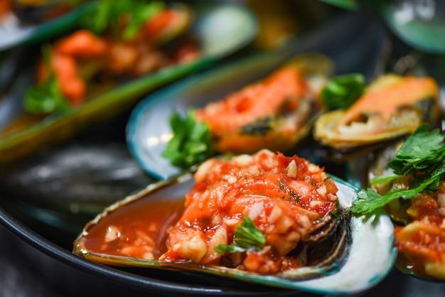 Die miesmuschel, die panmeeresfrüchteteller mit dem muschelmuscheloberteil-ozean-gourmetessen kocht