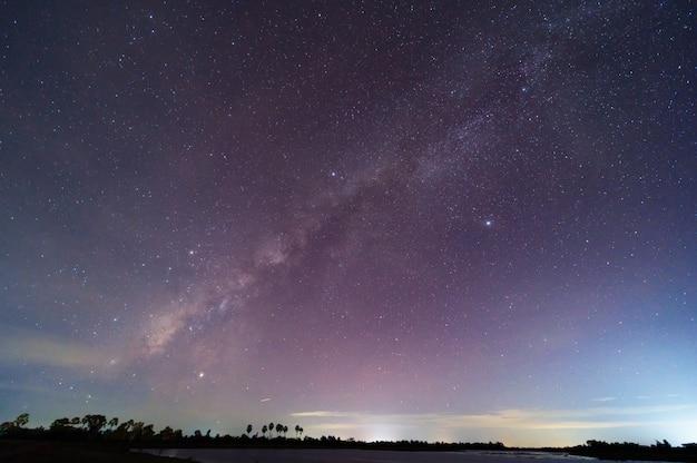 Die milchstraße und die sterne am schönen nachthimmel
