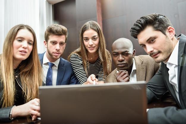 Die mitarbeiter achten auf den computer