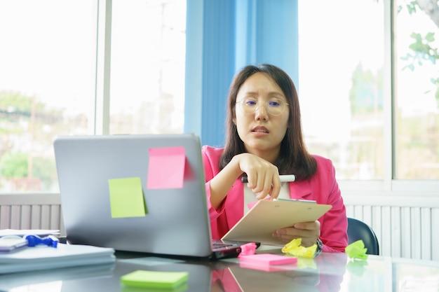 Die mitarbeiter des unternehmens arbeiten hart für das unternehmen, indem sie ihre hohen kenntnisse und fähigkeiten einsetzen