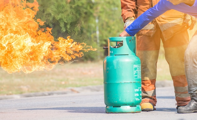 Die mitarbeiter jährliches training feuerbekämpfung mit gas und flamme