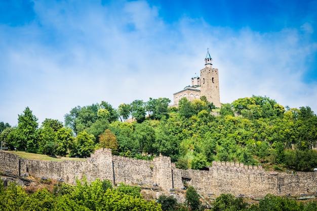 Die mittelalterliche tsarevets festung und die patriarchalische kirche in veliko tarnovo, bulgarien.