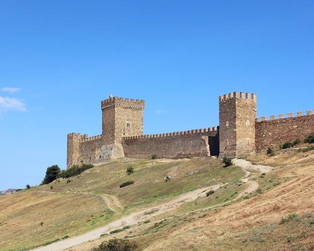 Die mittelalterlichen ruinen der genuesischen festung in sudak