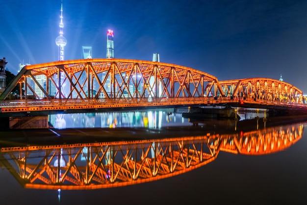 Die moderne architektur der äußeren weißen kreuzbrücke von shanghai und pudong