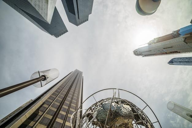 Die moderne architektur von new york city in den usa am columbus circle mit wolkenkratzern und berühmtem globus bei sonnenuntergang.