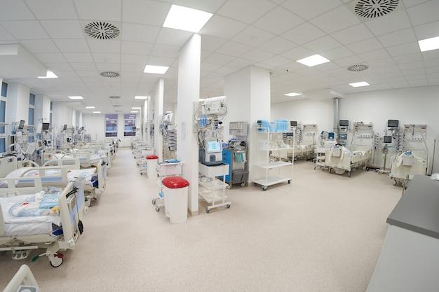 Die moderne leere notaufnahme auf der intensivstation ist bereit, patienten mit einer coronavirus-infektion aufzunehmen.