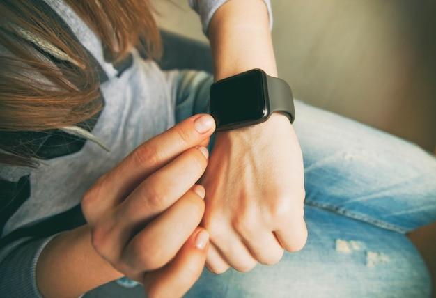 Die modernen smartwatches an der hand der frau
