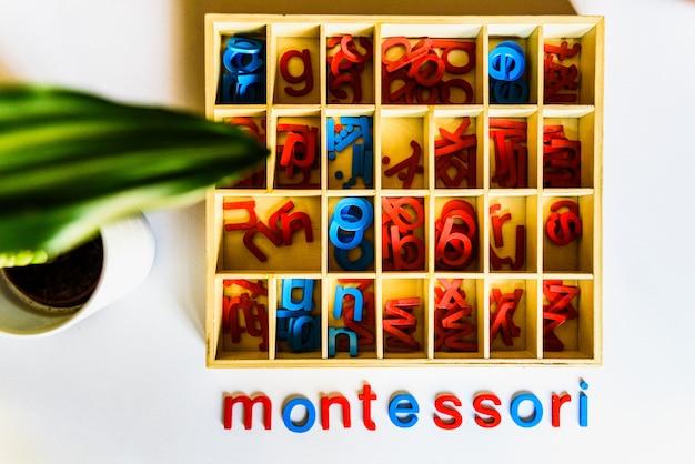 Die montessori-methode ist ein pädagogisches modell, ein wort, das mit holzbuchstaben geschrieben wurde.
