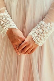 Die morgenbraut, wenn sie ein schönes kleid trägt, bereitet sich eine frau vor der trauung vor