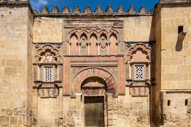 Die moschee-kathedrale in cordoba, spanien. außenwand-fassadenansicht.