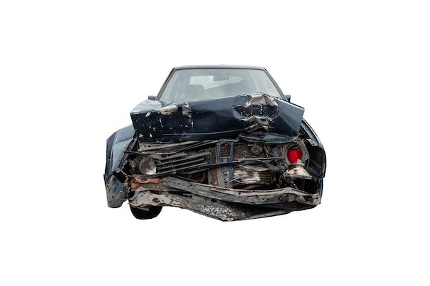 Die motorhaube eines kaputten autos nahaufnahme auf weißem hintergrund, isolieren. folgen von unachtsamkeit im straßenverkehr.