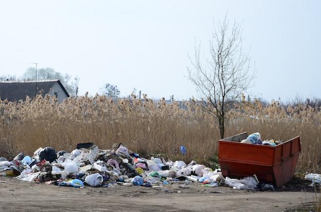 Die mülltonne ist mit müll und abfällen verpackt. unzeitige müllbeseitigung in besiedelten gebieten
