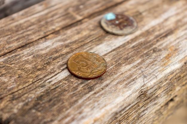 Die münze der russischen föderation mit einem nennwert von 50 kopeken ist alt, rostig und abgenutzt