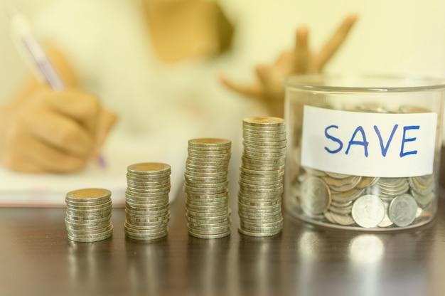 Die münzen sammeln sich in einer spalte an, die geldspar- oder finanzplanungsideen für die wirtschaft darstellt.