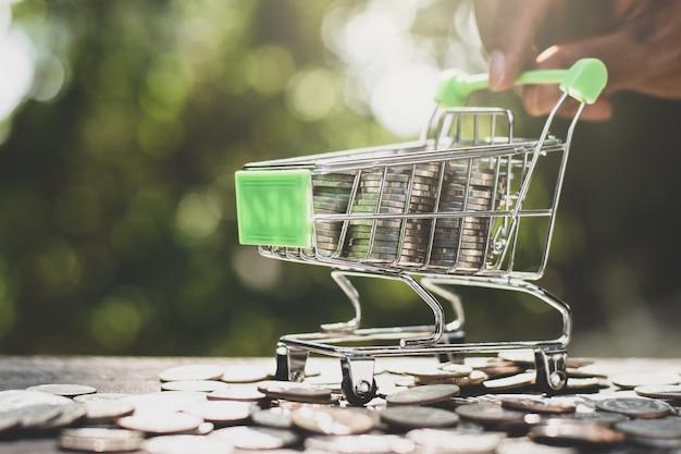 Die münzen werden in einem rollstuhl, einem kleinen einkaufswagen, zusammen gestapelt.