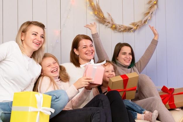 Die mütter und kinder feiern gemeinsam weihnachten