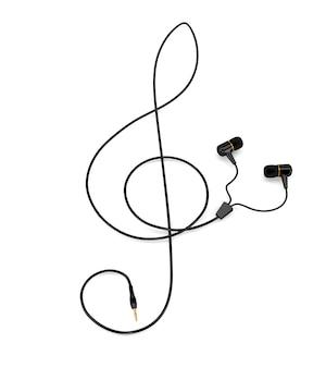 Die musikkonzeptkopfhörer mit einem kabel in form eines violinschlüssels lokalisiert auf weißem hintergrund. 3d darstellung.