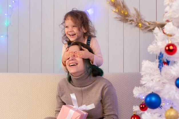 Die mutter und die tochter haben spaß an weihnachten