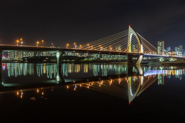 Die nachtansicht der handuri-brücke in sejong-stadt, korea