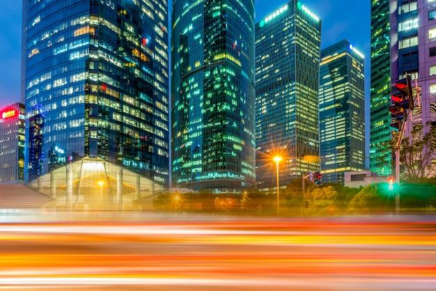 Die nachtansicht der stadtstraße und des flockigen autos beleuchtet in lujiazui, shanghai