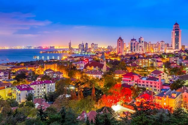 Die nachtlandschaft der schönen stadt qingdao