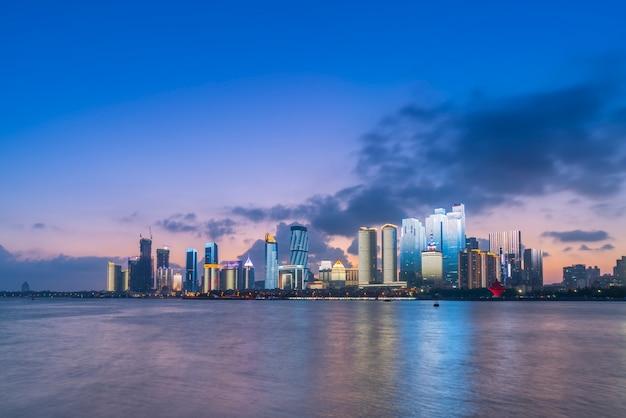 Die nachtszene der modernen städtischen architekturlandschaft in qingdao, china