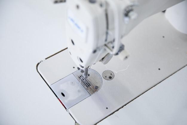 Die nähmaschine und das kleidungsstück