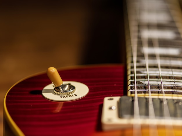 Die nahaufnahme des e-gitarrenkörpers befindet sich auf dem holzboden