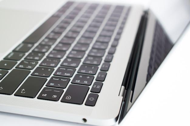 Die nahaufnahme des laptops in der seitenansicht.