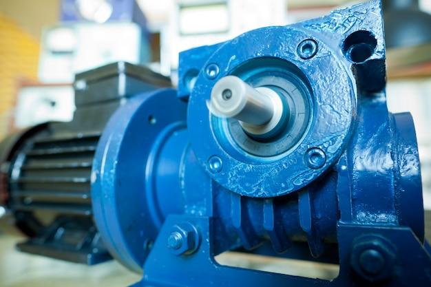 Die nahaufnahme eines eisernen industriemotors liegt auf einem tisch während der produktion neuer moderner lastwagen in einer fabrik. das konzept zuverlässiger und hochwertiger spezialautos