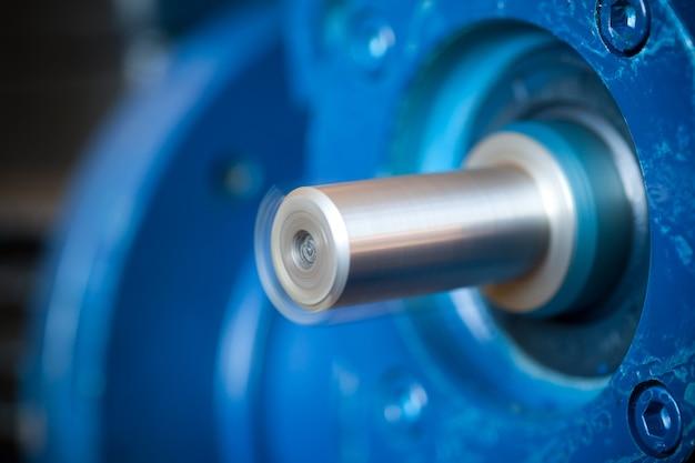 Die nahaufnahme eines eisernen industriemotors liegt auf einem tisch während der produktion neuer moderner lastwagen in einer fabrik