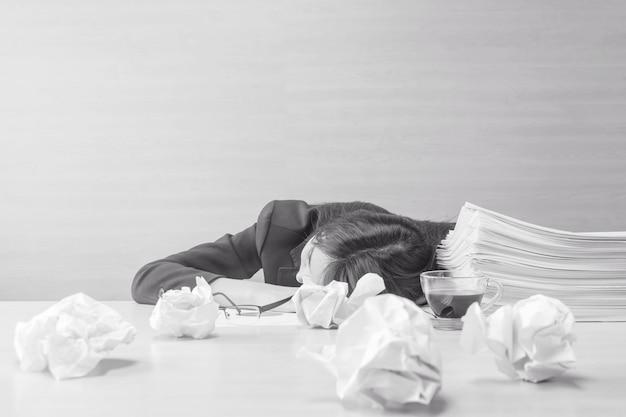 Die nahaufnahmefrau, die nachdem sie schläft, ermüdete von der arbeit mit arbeitspapier- und -dokumentendatei