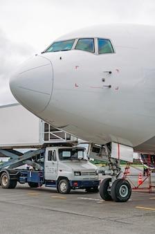 Die nase des flugzeugs und das cockpit des piloten vor dem abflug.