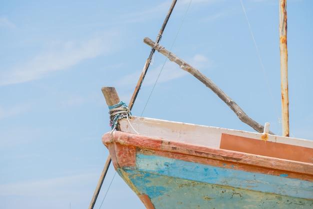 Die nase eines hölzernen fischerbootes.