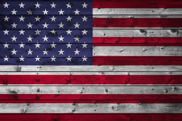 Die nationalflagge der usa ist auf ein lager aus gleichmäßigen brettern gemalt, die mit einem nagel genagelt sind
