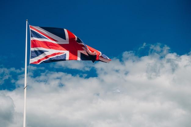 Die nationalflagge des vereinigten königreichs gegen blauen himmel