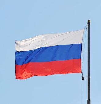 Die nationalflagge von russland auf dem himmelhintergrund