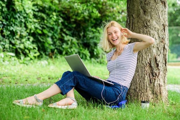 Die natur ist für das wohlbefinden und die fähigkeit, bei der arbeit produktiv und leistungsfähig zu sein, von wesentlicher bedeutung. gründe, warum sie ihre arbeit nach draußen bringen sollten. arbeit im sommerpark. mädchenarbeit mit laptop im park.