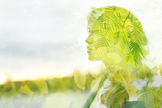 Die natur verbindet sich mit der schönheit einer jungen attraktiven frau. gesundheitskonzept