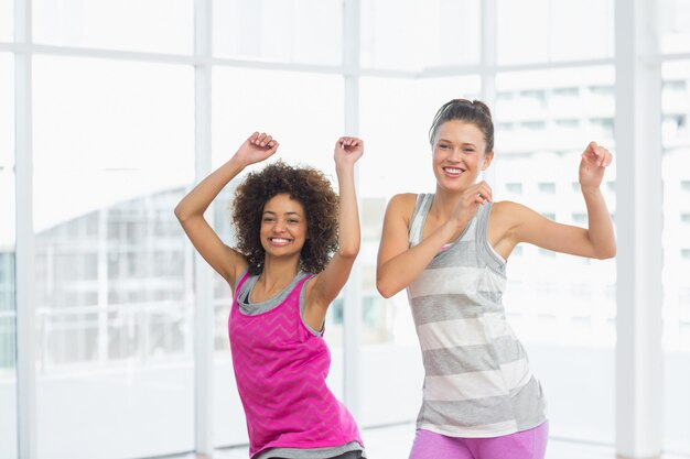 Die netten sitzfrauen, die pilates tun, trainieren
