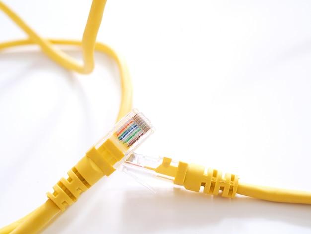Die netzwerkkabel zum anschluss des internets an smart tv oder computer.