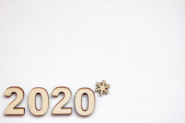 Die neujahrszahl 2020 ist mit holzzahlen gesäumt