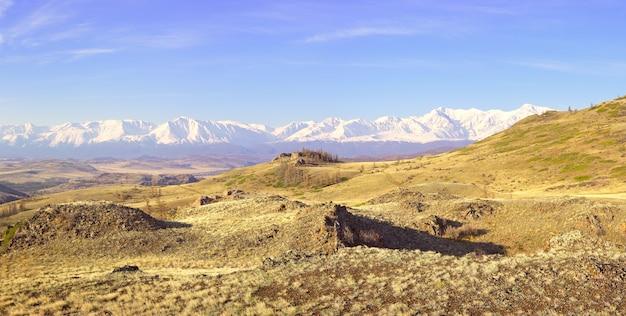Die northchui-bergkette im altai-gebirge ein felsiger hang in der kurai-steppe