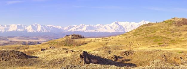 Die northchui-gebirgskette im altai-gebirge felsen und trockenes gras am berghang